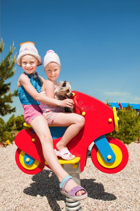 Gelukkige kinderen die buiten spelen stock fotografie