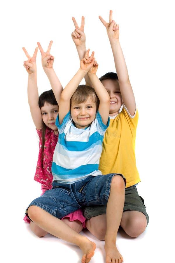 Gelukkige Kinderen die het Teken van de Overwinning geven stock foto's