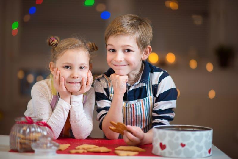 Gelukkige kinderen die koekjes voorbereiden op Kerstmis en Nieuwjaar stock fotografie