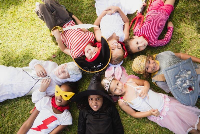 Gelukkige kinderen die op het gras liggen royalty-vrije stock afbeeldingen