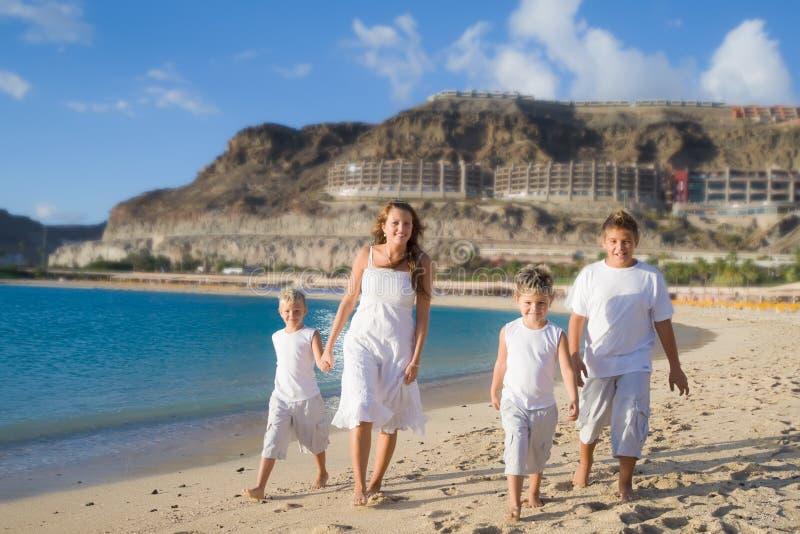 Gelukkige kinderen die op het strand lopen royalty-vrije stock afbeeldingen