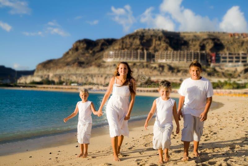 Gelukkige kinderen die op het strand lopen stock afbeelding