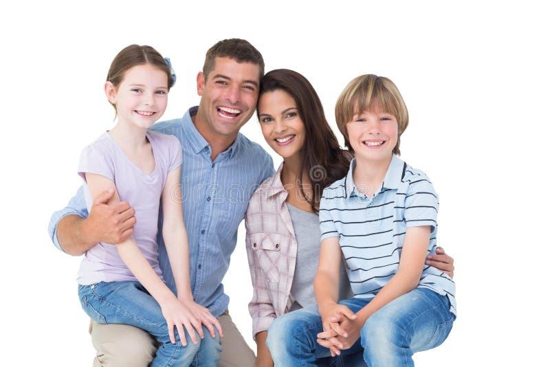Gelukkige kinderen die op oudersoverlappingen zitten royalty-vrije stock foto