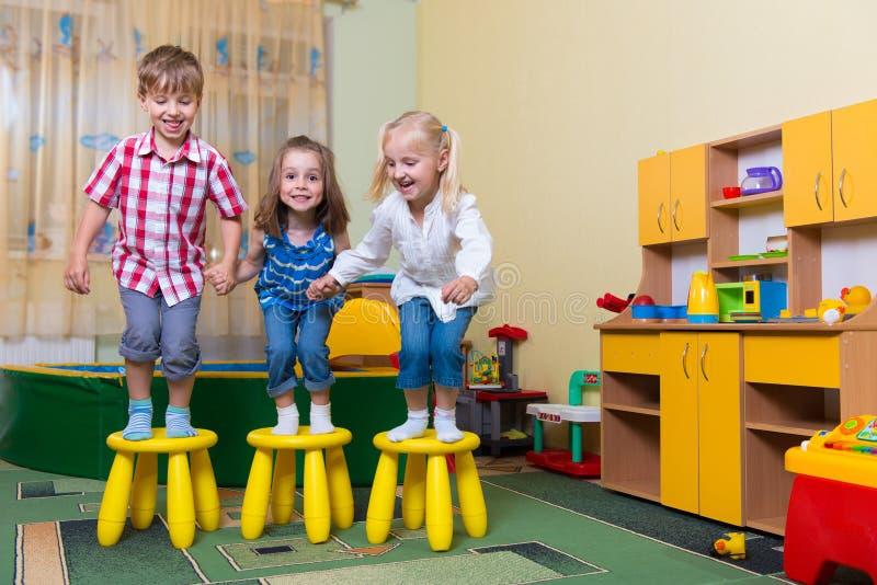 Gelukkige kinderen die pret hebben thuis stock foto's