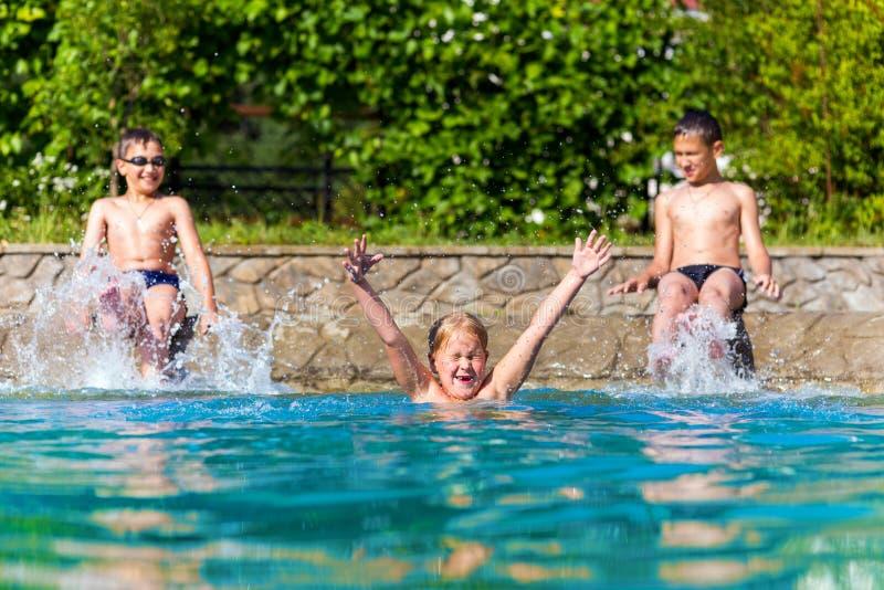 Gelukkige kinderen in een zwembad royalty-vrije stock afbeelding