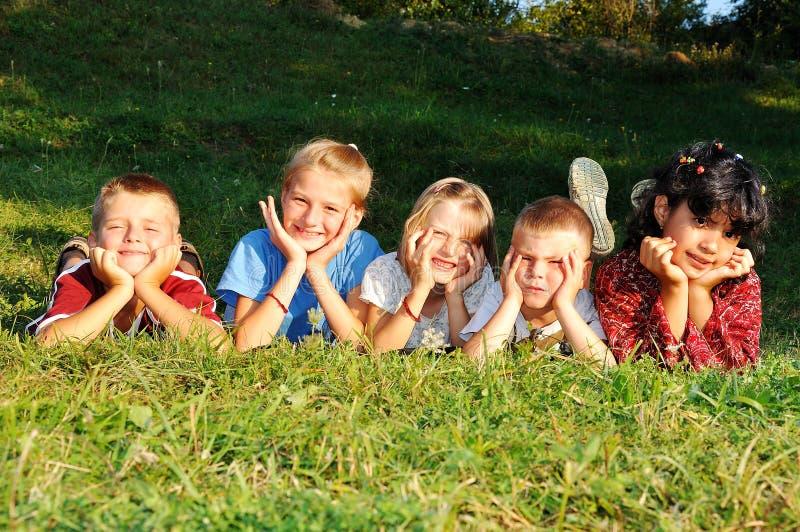 Gelukkige kinderen en hun activiteiten stock afbeelding