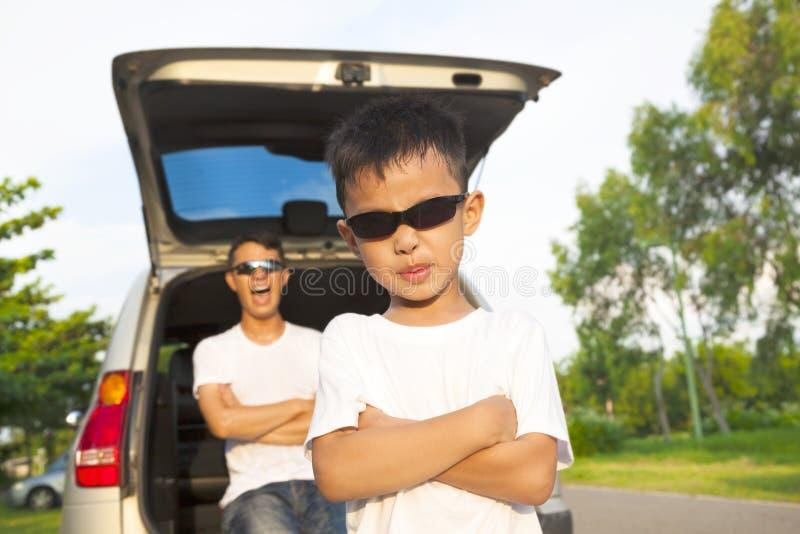 Gelukkige kinderen en vader met hun auto royalty-vrije stock foto's