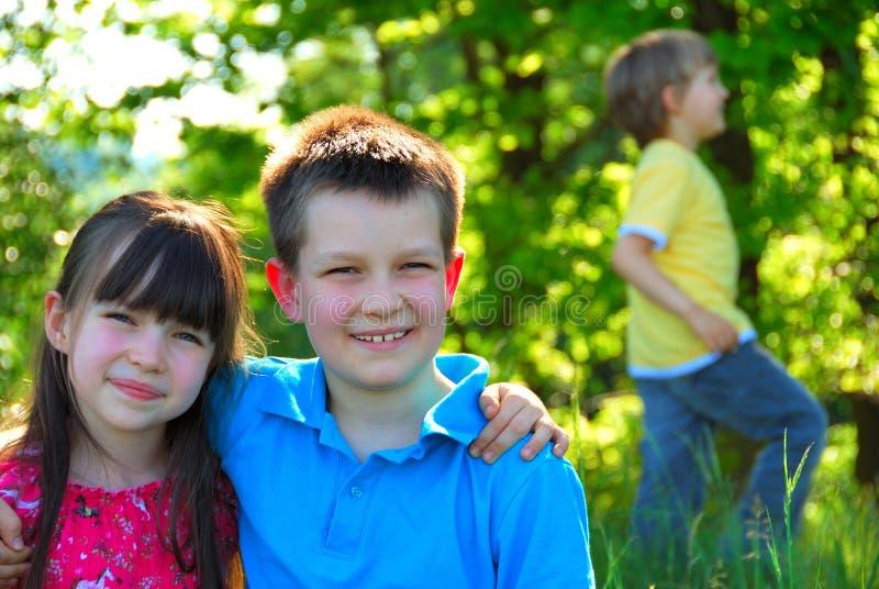 Gelukkige kinderen in het bos stock afbeeldingen