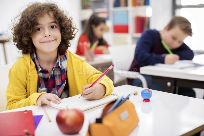 Gelukkige kinderen in klasse royalty-vrije stock afbeeldingen