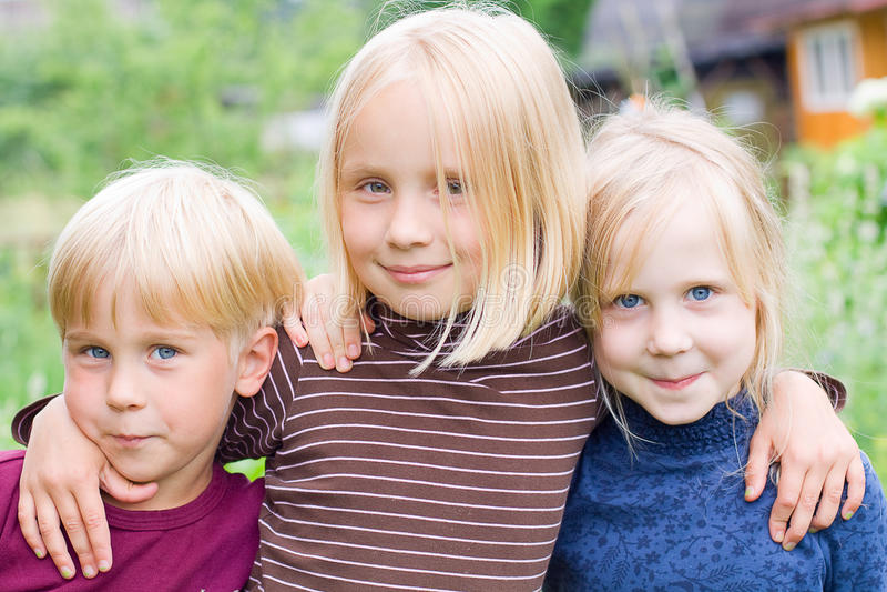 Gelukkige Kinderen - Meisje en Jongen openlucht royalty-vrije stock foto