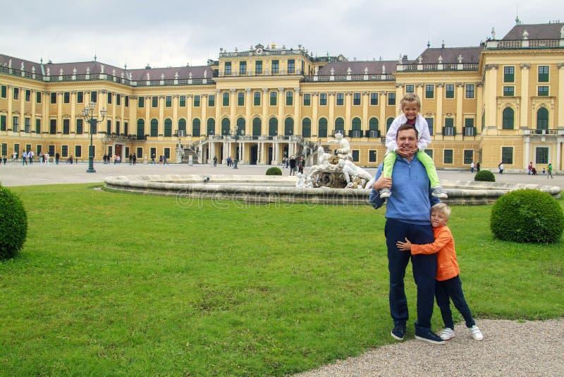 gelukkige kinderen met hun vader reizen in het beroemde Koninklijk Paleis Schoenbrunn in Wenen Oostenrijk royalty-vrije stock foto's