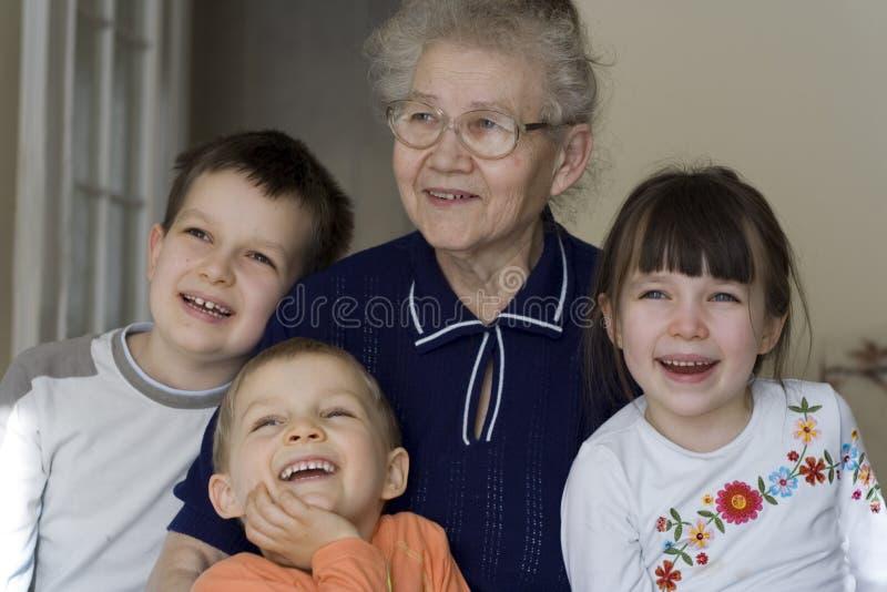 Gelukkige kinderen met oma stock foto