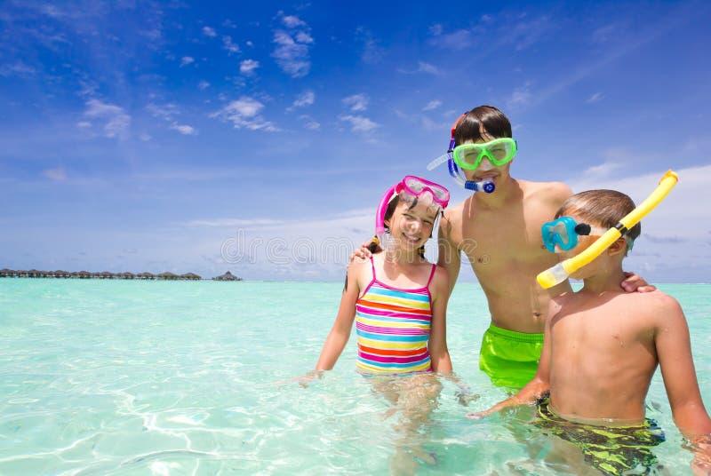 Gelukkige Kinderen in Oceaan stock fotografie