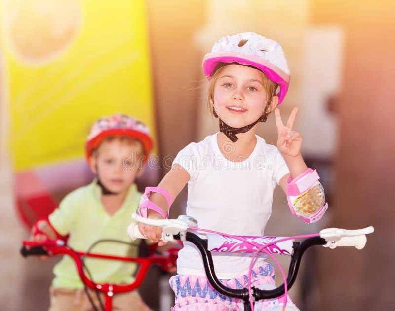 Gelukkige kinderen op fietsen stock foto's