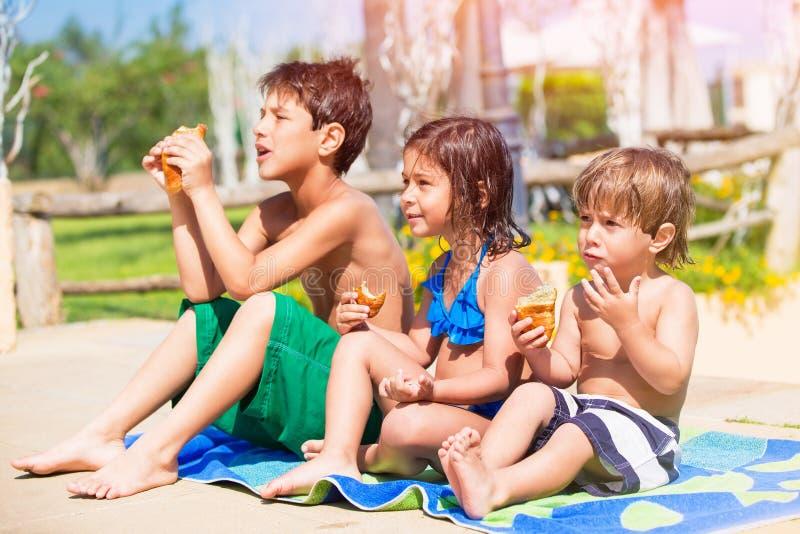 Gelukkige kinderen op het strand stock foto