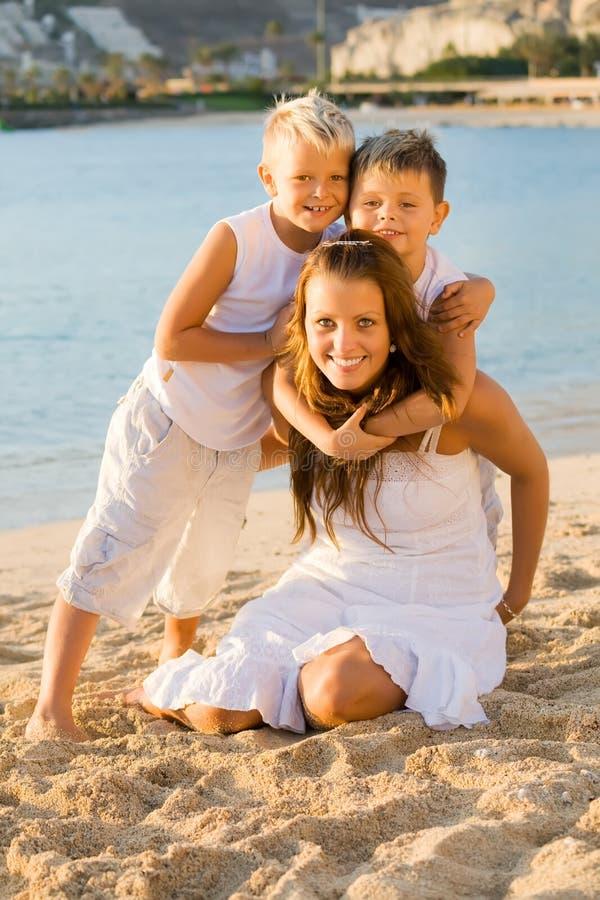 Gelukkige kinderen op het strand royalty-vrije stock foto