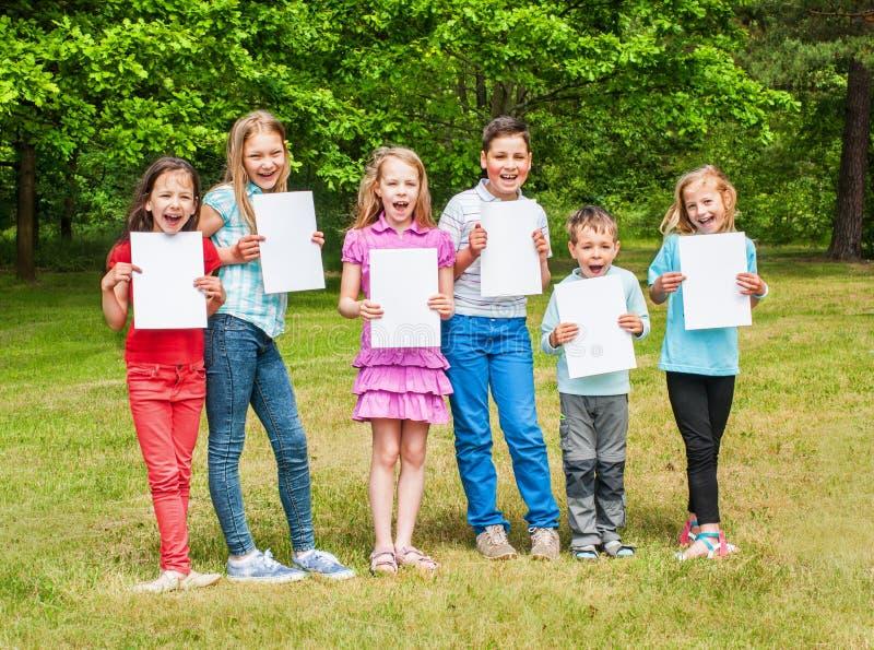 Gelukkige kinderen in openlucht stock foto's