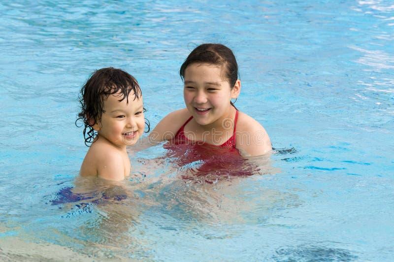Gelukkige kinderen in pool. royalty-vrije stock afbeelding