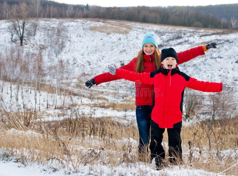 Gelukkige kinderen samen in openlucht in de winter. stock afbeeldingen