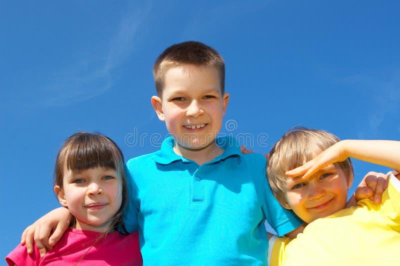 gelukkige kinderen tegen hemel stock afbeelding