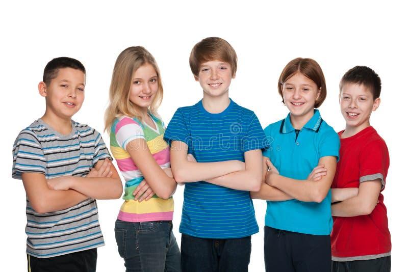 Gelukkige kinderen tegen het wit stock foto's