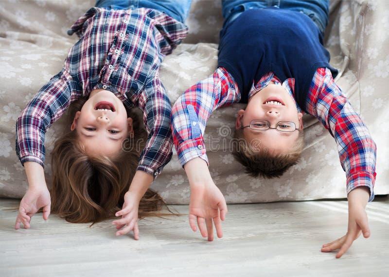 Gelukkige kinderenbovenkant - neer op de bank royalty-vrije stock foto's