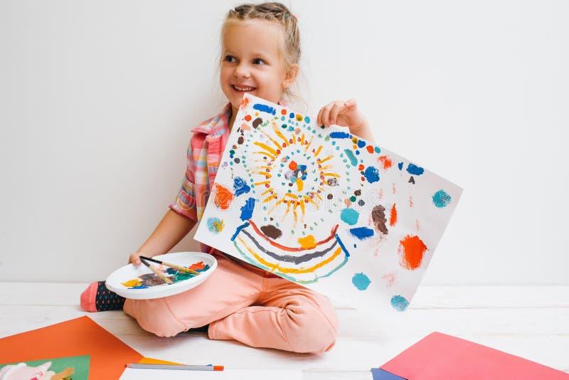 Gelukkige kinderjaren De kunstenaar van het babymeisje stock afbeeldingen