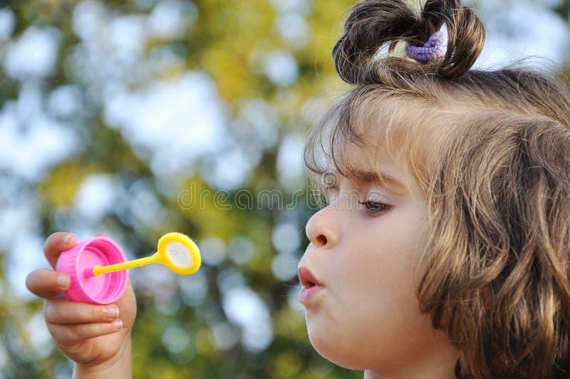 Gelukkige kinderjaren in de zomer openlucht, met bellen stock afbeelding