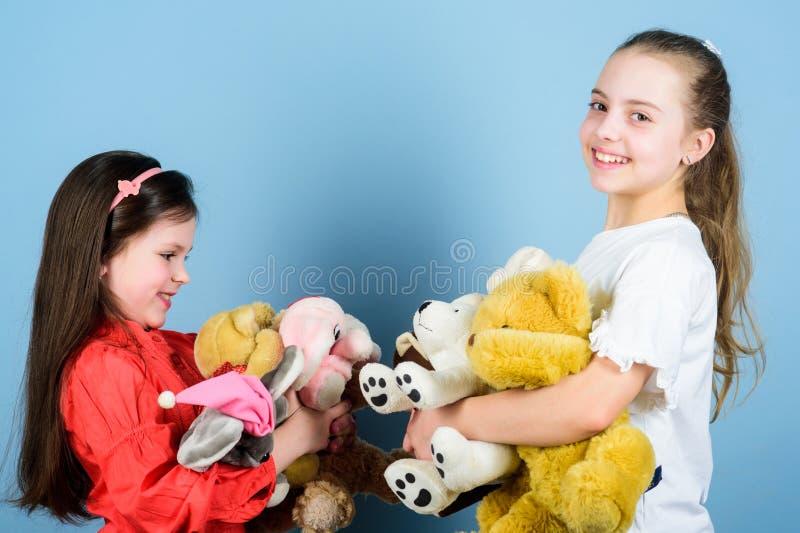 Gelukkige kinderjaren Kinderverzorging Spel van zusters het beste vrienden Zoete kinderjaren Kinderjarenconcept Zachtheid en tede stock afbeelding