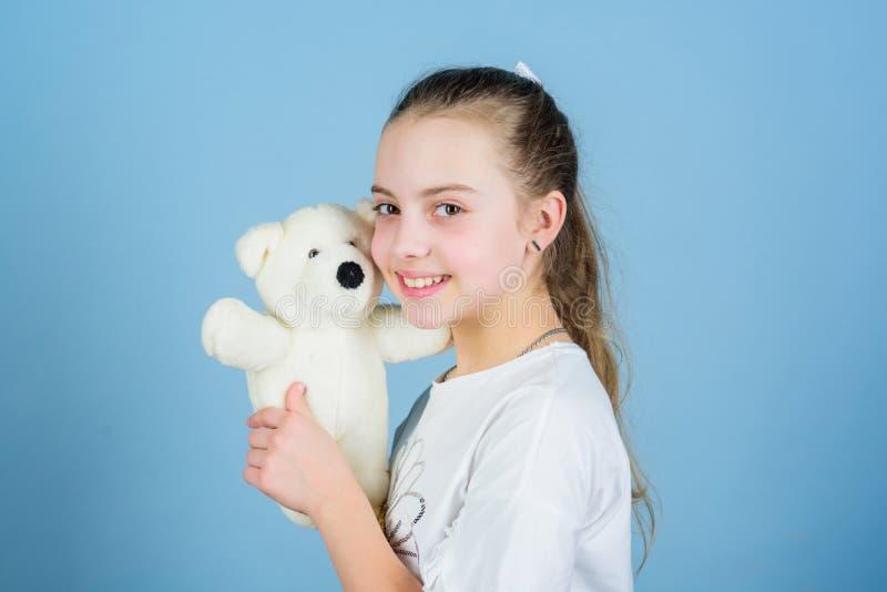 Gelukkige kinderjaren Kinderverzorging Zoete kinderjaren Kinderjarenconcept Mooi klein meisje die gelukkig gezicht met favoriet s stock fotografie