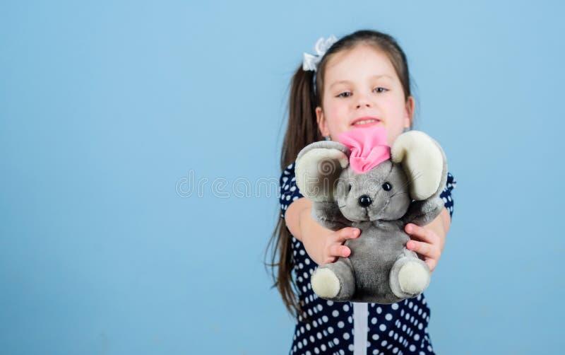 Gelukkige kinderjaren Kinderverzorging Zoete kinderjaren Kinderjarenconcept Mooi klein meisje met favoriet stuk speelgoed Kleuter stock afbeelding
