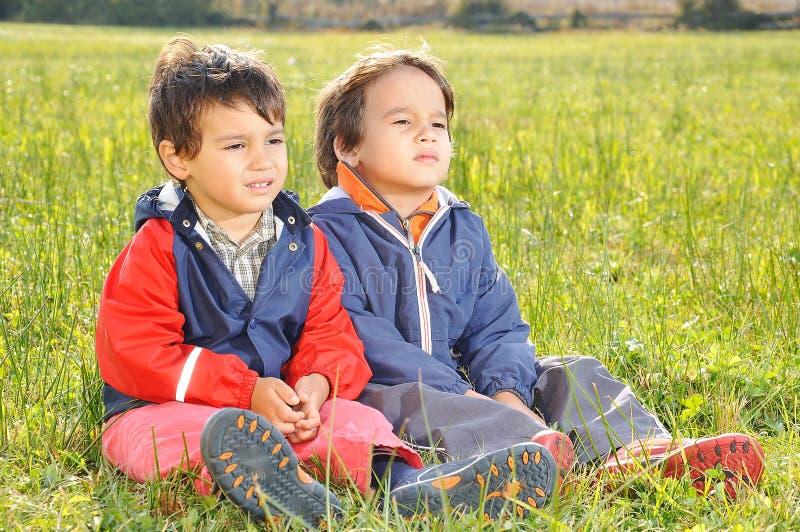 Gelukkige kinderjaren op groen stock foto
