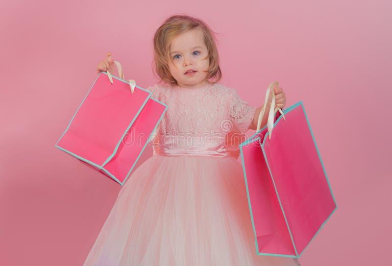 Gelukkige kinderjaren van meisje Jong geitje het winkelen Het winkelen Zakken Isoleer op wit Dank voor uw aankoop grote verkoop b stock foto's