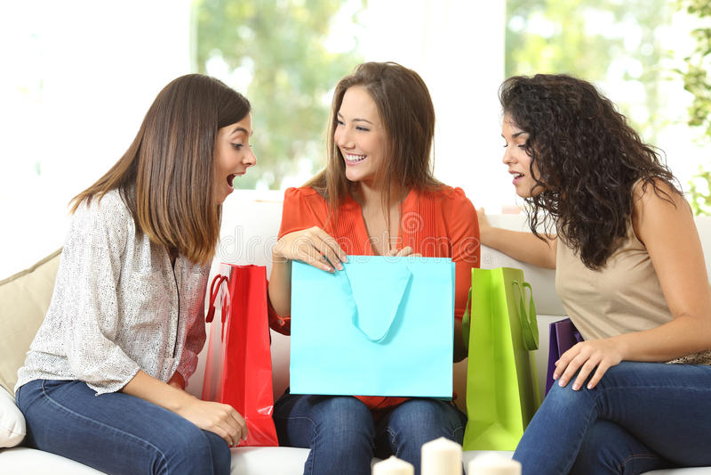 Gelukkige klanten met het winkelen zakken stock afbeelding