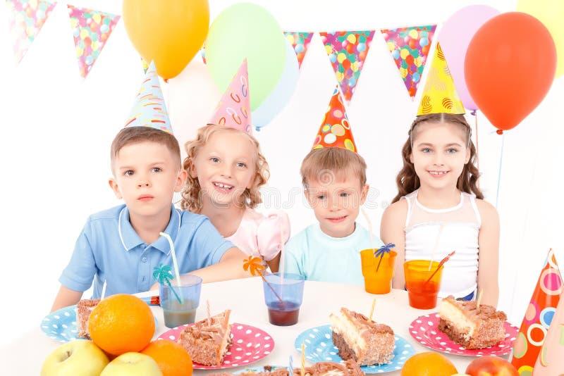 Gelukkige kleine jonge geitjes bij verjaardagspartij royalty-vrije stock foto's
