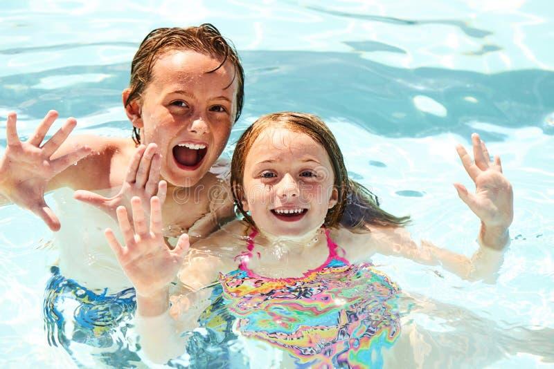 Gelukkige kleine kinderen die in pool samen zwemmen royalty-vrije stock afbeelding