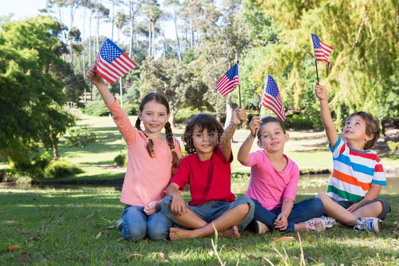 Gelukkige kleine vrienden die Amerikaanse vlag golven royalty-vrije stock foto