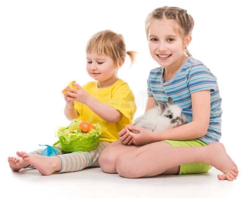 gelukkige kleine zusters met haar konijn royalty-vrije stock foto's