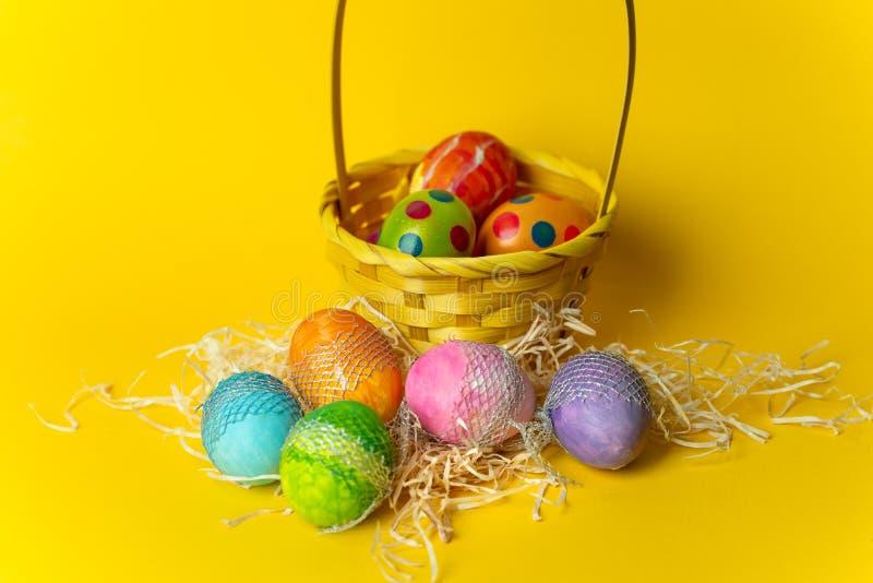Gelukkige kleurrijke Pasen -, met de hand geschilderd, pastelkleurpaaseieren op een gele, de lenteachtergrond royalty-vrije stock afbeeldingen
