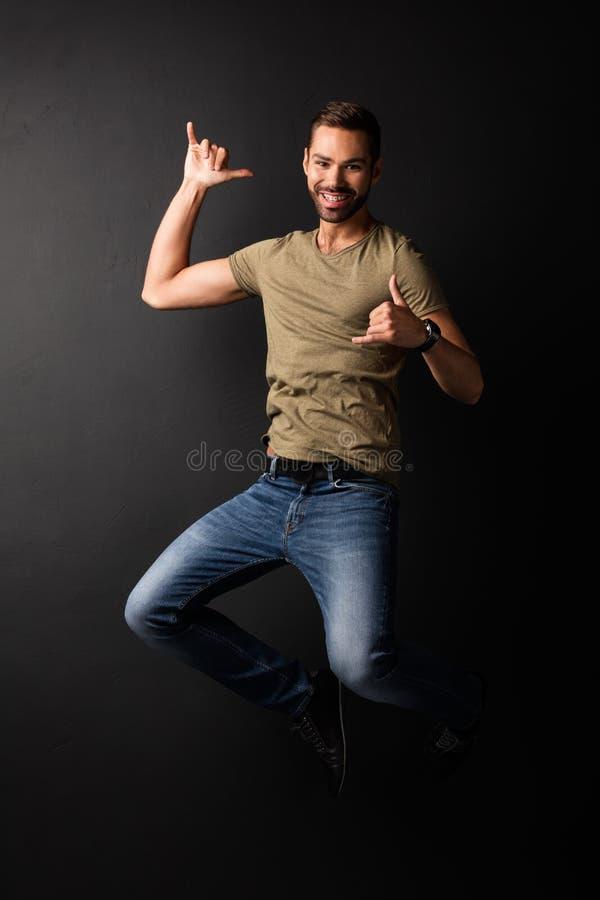 Gelukkige knappe jonge en mens die springen dansen stock foto's