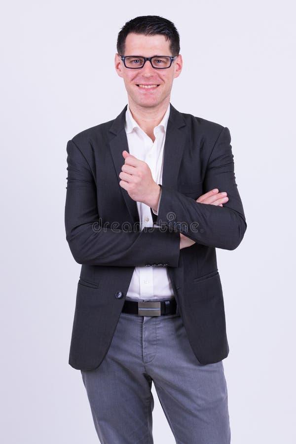 Gelukkige knappe zakenman in kostuum met oogglazen het glimlachen stock afbeeldingen