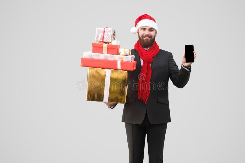 Gelukkige knappe zakenman met baard, zwart kostuum en rode sjaal royalty-vrije stock foto