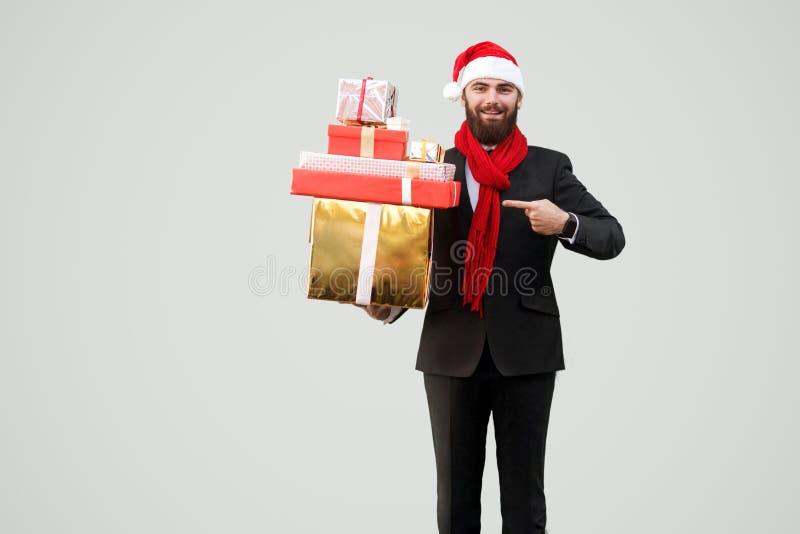 Gelukkige knappe zakenman met baard, zwart kostuum, rode sjaal en royalty-vrije stock afbeelding