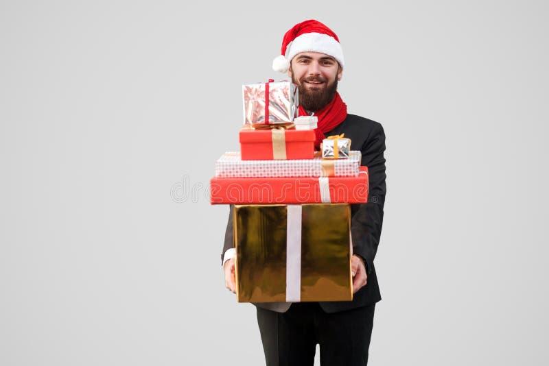 Gelukkige knappe zakenman met baard, zwart kostuum, rode sjaal en royalty-vrije stock fotografie