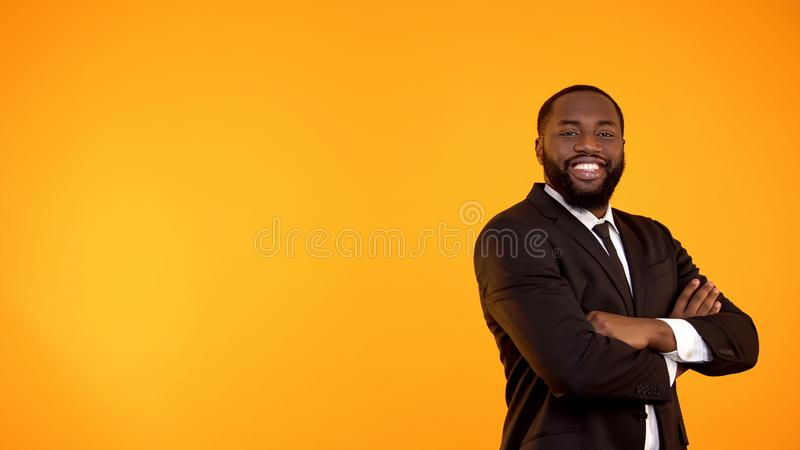 Gelukkige knappe zwarte mens die in pak aan camera en het glimlachen malplaatje kijken stock fotografie