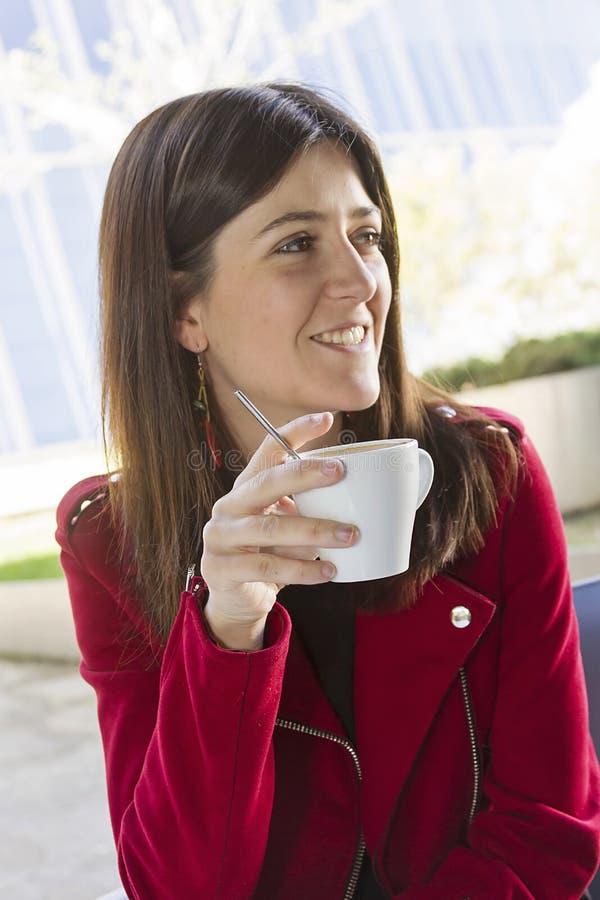 Gelukkige koffie in de stad stock fotografie
