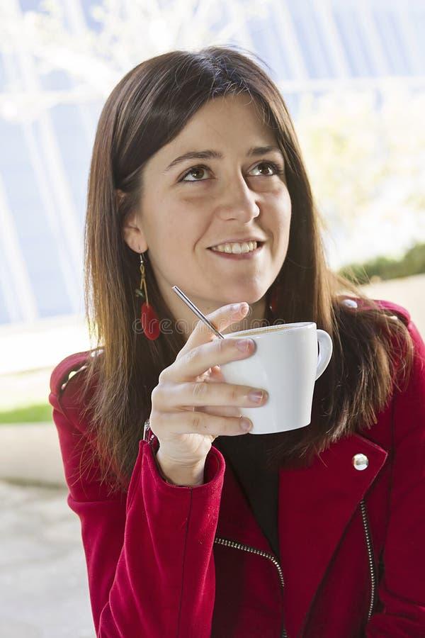 Gelukkige koffie in de stad stock foto's