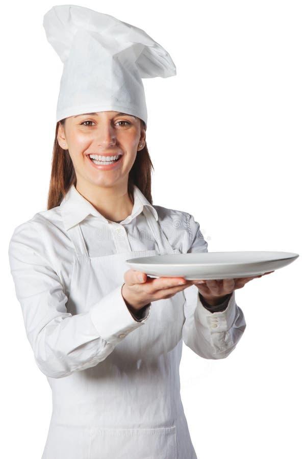 Gelukkige kokvrouw die een schotel houdt stock afbeelding