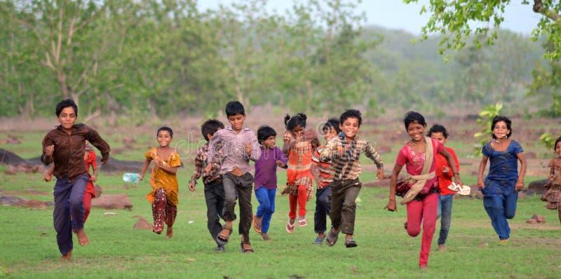 Gelukkige landelijke Indische jonge geitjes royalty-vrije stock foto