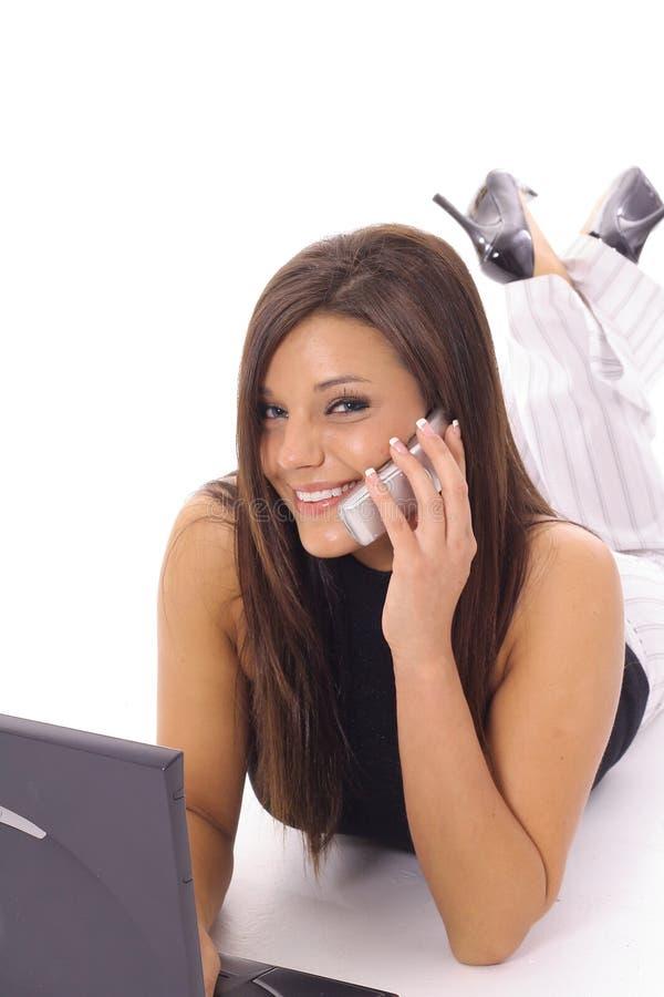 Gelukkige latino vrouw die e-mail controleert royalty-vrije stock afbeelding